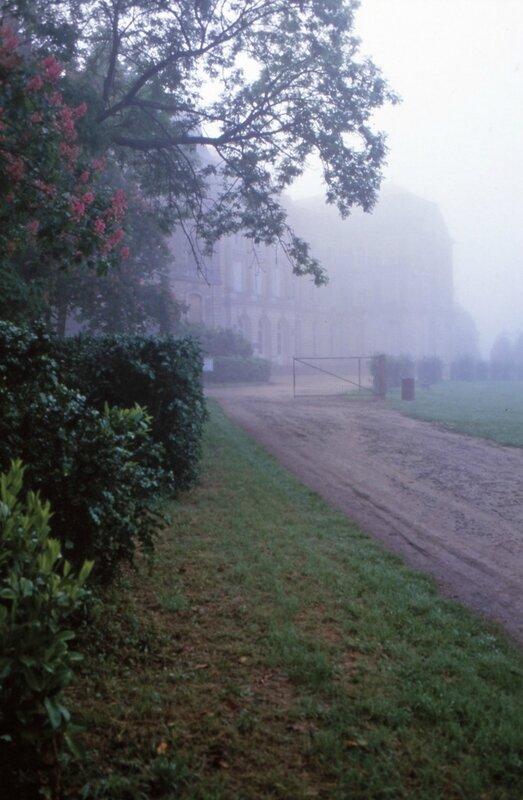 D 93 11 09 Brume devant l'entrée du château de Sablé