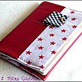 protège-passeport en simili cuir souple rouge et étoiles
