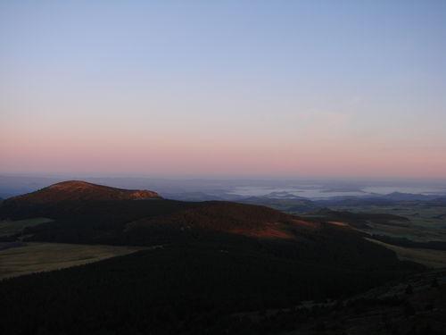 2008 09 08 Vu sur le paysage au levé du soleil depuis le sommet du Mont Mézenc