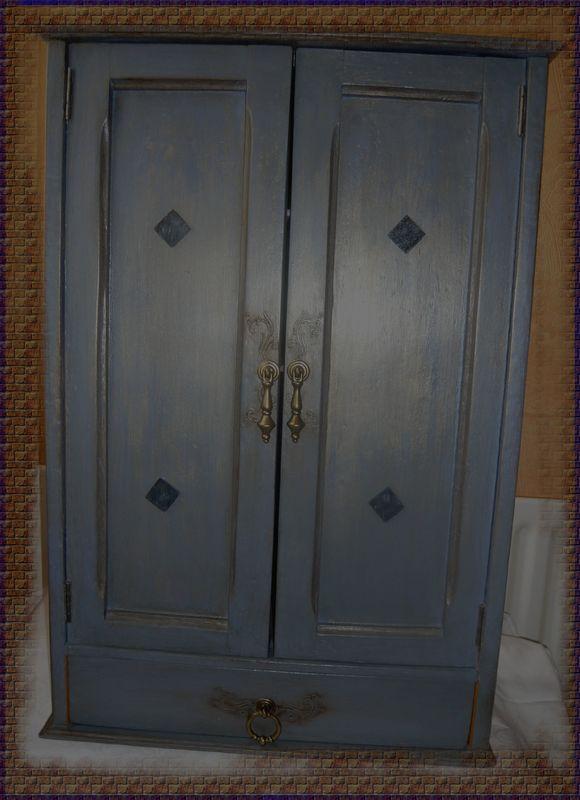 armoirette aux canas bleue effet vieilli patine noire et or photo de meubles relook s. Black Bedroom Furniture Sets. Home Design Ideas