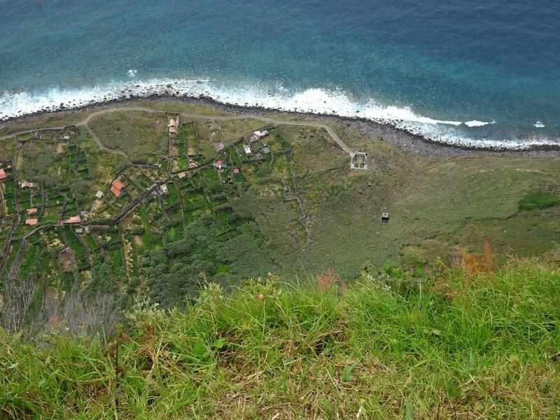I Village au pied d'une falaise de 500 m