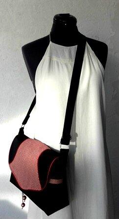 sac bandoulière petits rond blanc cassé sur fond rouge porté pw
