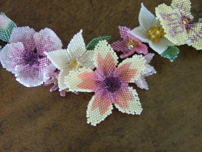 Мозаичные цветы из бисера - Поделки своими руками + фото.