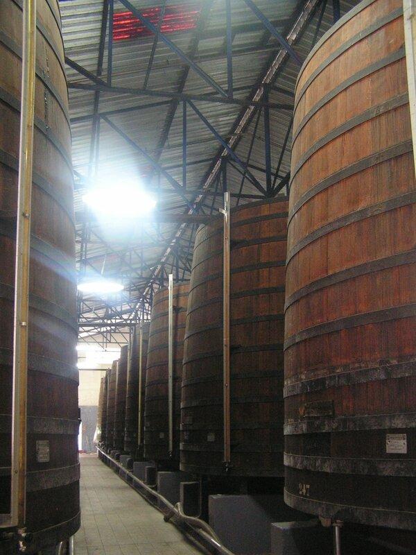2016 03 10 (65) - distillerie Saint-James à Sainte-Marie - foudres de chêne pour élevage du rhum