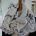 Long foulard souple, double-face, blanc grisé à motifs de spirales gris - modèle unique
