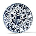 Plat en porcelaine bleu et blanc d'un bouquet de lotus, chine, époque yongle (1403-1424)