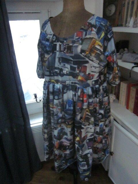 Robe RAYMONDE en coton imprimé ''belle comme un camion'' - manches raglan - longueur genoux - taille unique (1)