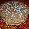 Gâteau d'anniversaire mousse au chocolat et poire sur fond de dacquoise