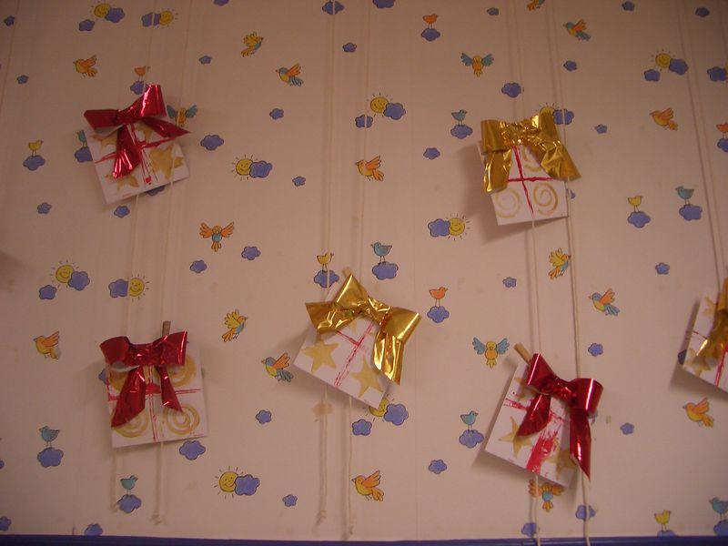 La pluie de cadeaux photo de les cadeaux de no l fabriqu s par les enfan - Les meilleurs cadeaux de noel ...