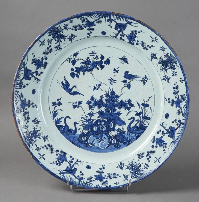 Rouen ou Paris, Grand plat rond à décor en camaïeu bleu dans le style Chinois, début du XVIIIe siècle