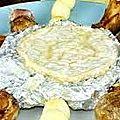 Camembert au barbecue , brochettes et porc .