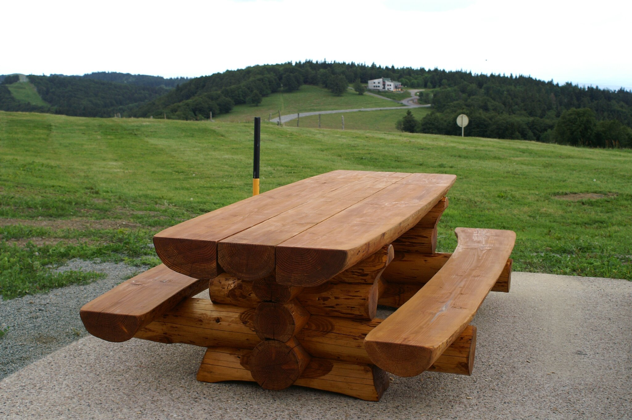 Beautiful table de jardin en bois et banc photos amazing for Fabriquer table jardin bois