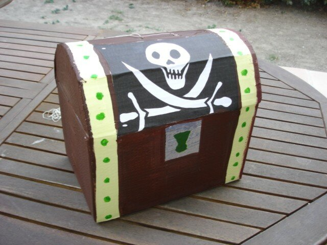 pinata coffre de pirate anniversaire de nathan photo de cartonnage mes 5 coeurs toute. Black Bedroom Furniture Sets. Home Design Ideas