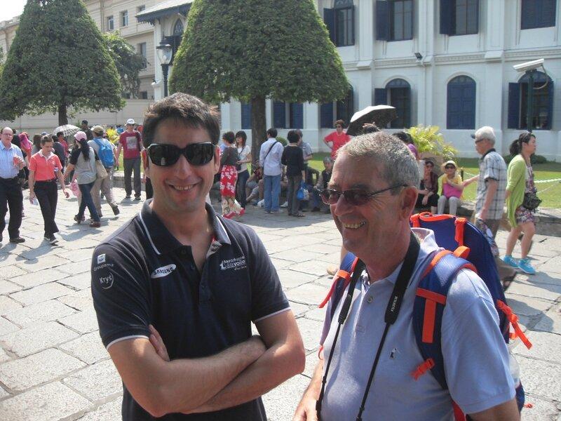 E et J devant l'entrée du Grand Palais