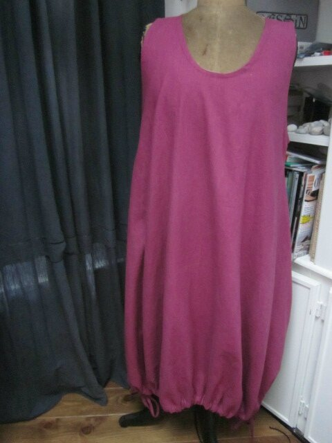 Une robe HENRIETTE en lin rose fushia...