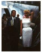 1955-marilyn-arrive-c3a0-lac3a9roport-du-contc3a9-de-champaignb