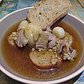 Mouton mitonné, dans une soupe de bière et d'oignons