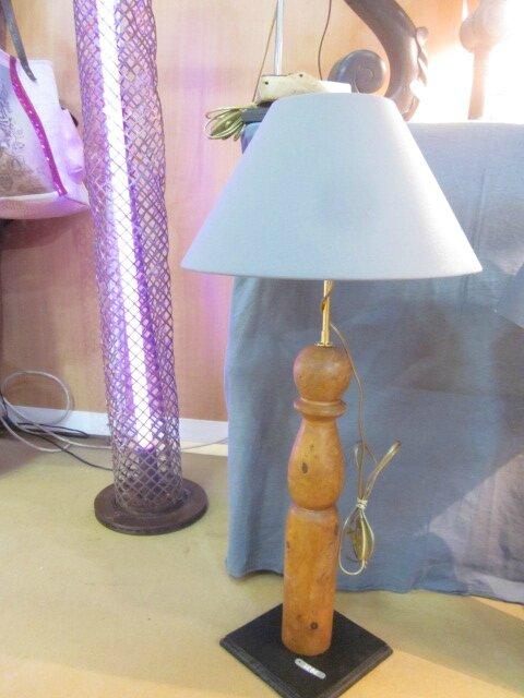 Détournement d'objet - Grosse quille montée en lampe sur socle noir - abat jour gris (1)