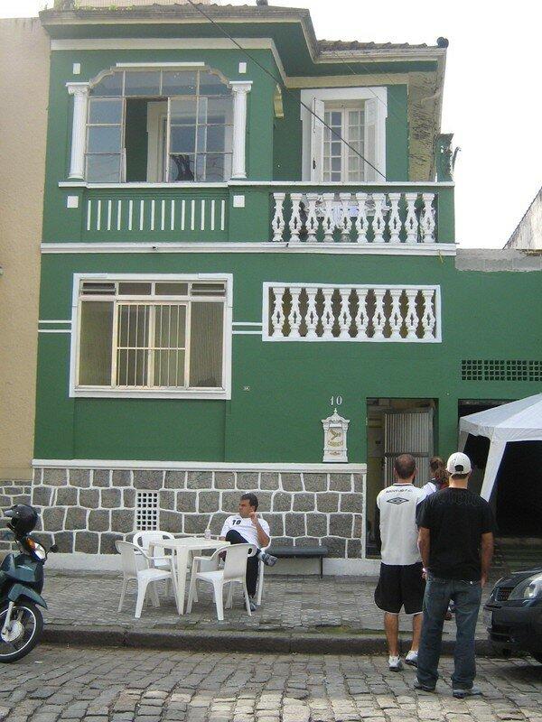 Mélissa devant la maison où les 20 filles de l'équipe habitent