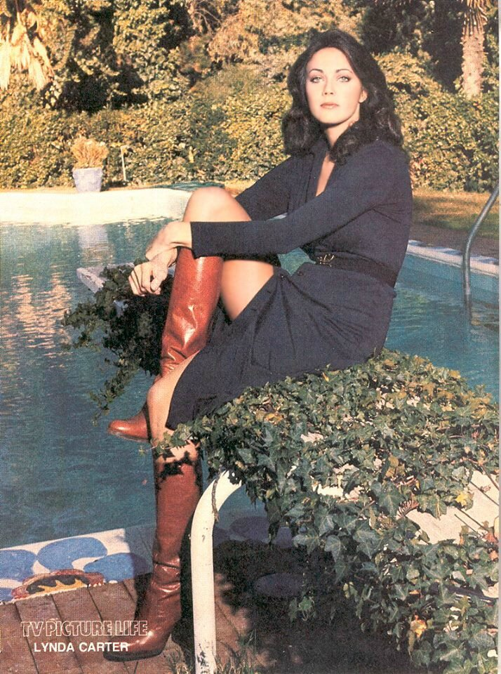 lynda carter en bottes et jupe ouverte jambes de r ve. Black Bedroom Furniture Sets. Home Design Ideas