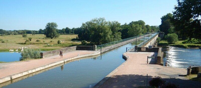 Passage sous le pont-canal de Digoin
