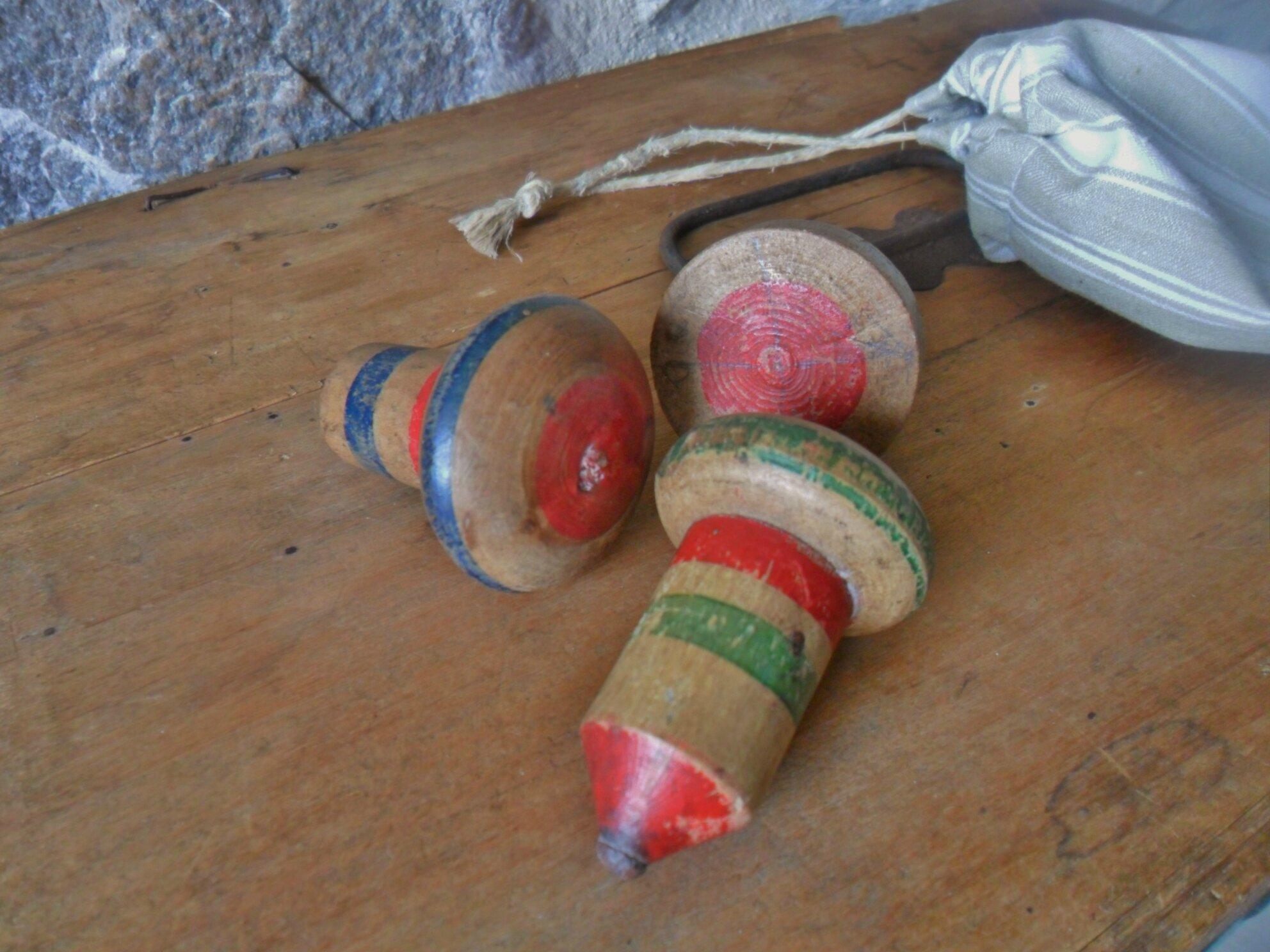 lot de 3 toupies anciennes en bois peintes, vendues avec leur sac en toile à matelas ancienne, port offert, 25€