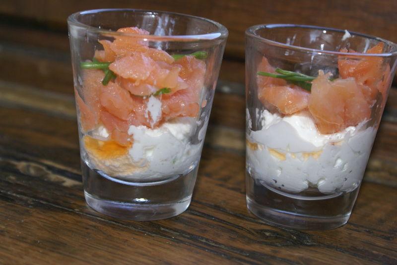Verrine de saumon sur sa mousse de chevre frais aux for Entree legere et simple