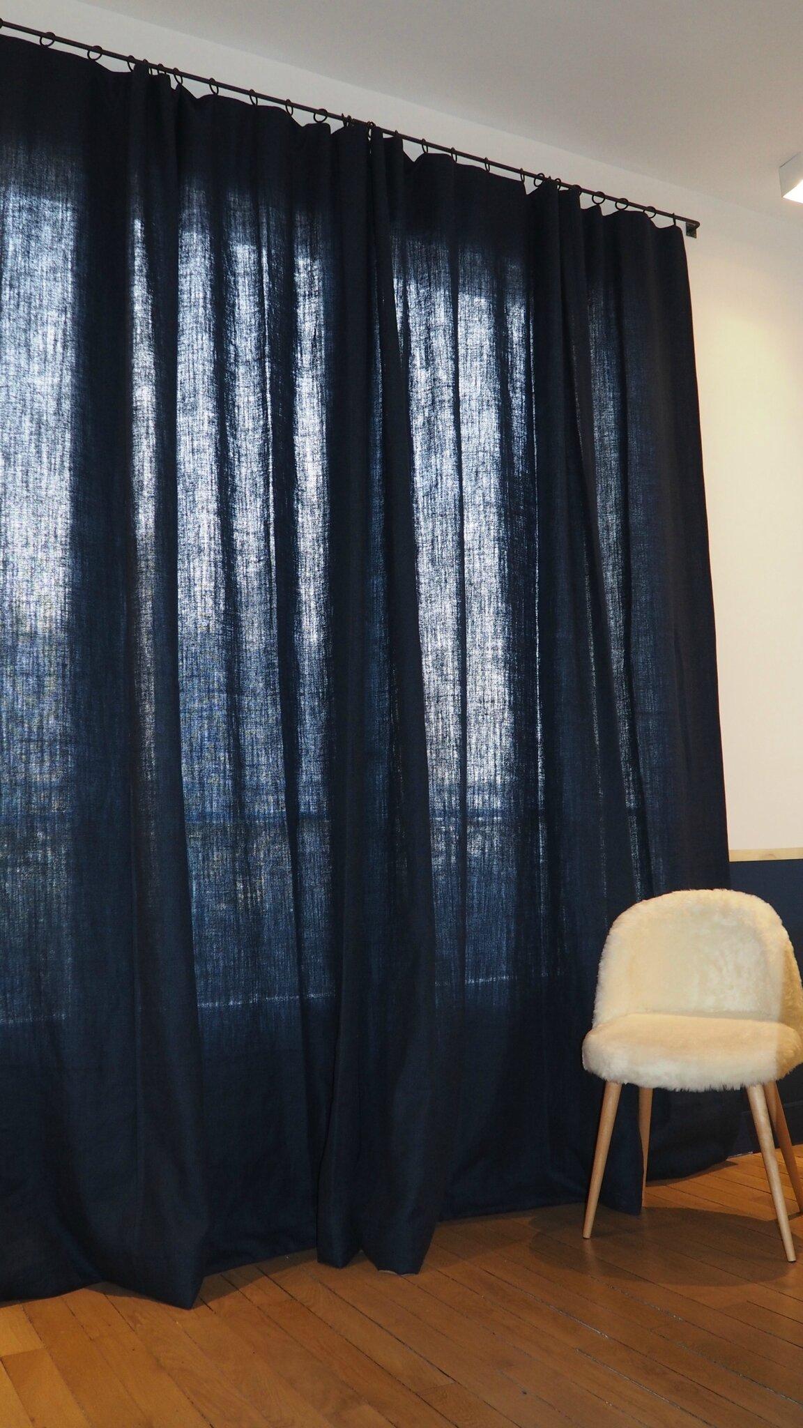 une serie de stores des rideaux des couvre lits des. Black Bedroom Furniture Sets. Home Design Ideas