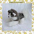Doudou peluche chien husky allongé blanc et gris nounours