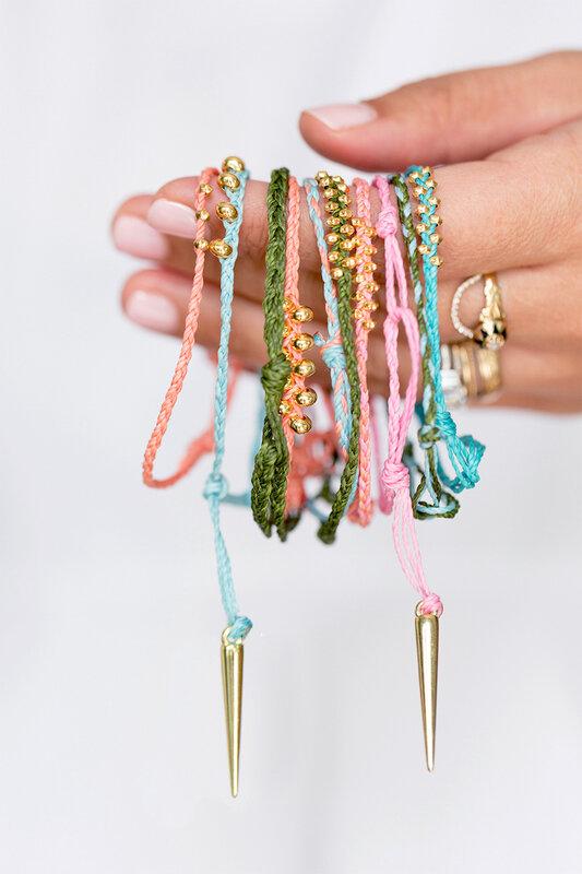 DIY-bracelet-tressé-perles-dorées-perles-allongées