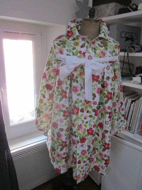 Manteau en lin fleuri sur fond blanc - noeud de lin blanc (2)