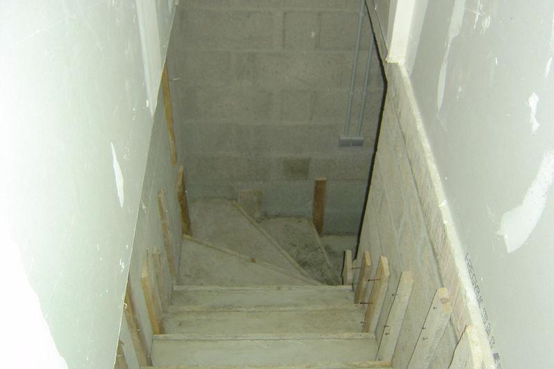 Escalier beton du sous sol photo de notre maison la for Decoration descente escalier sous sol
