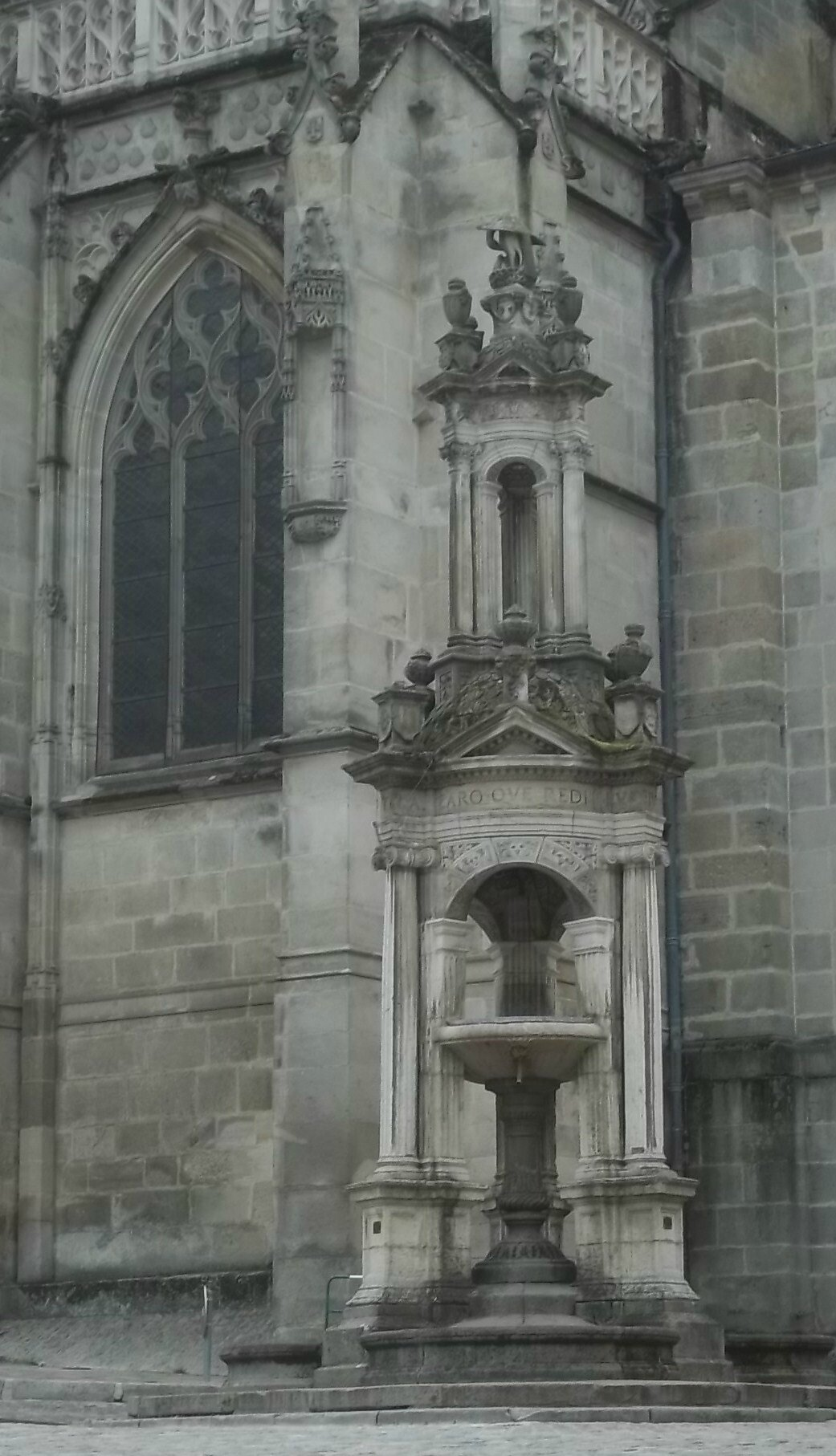 fontaine de la cathédrale d'Autun