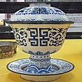 Tasse à thé et soucoupe en émaux polychromes, Manufacture impériale de Huê