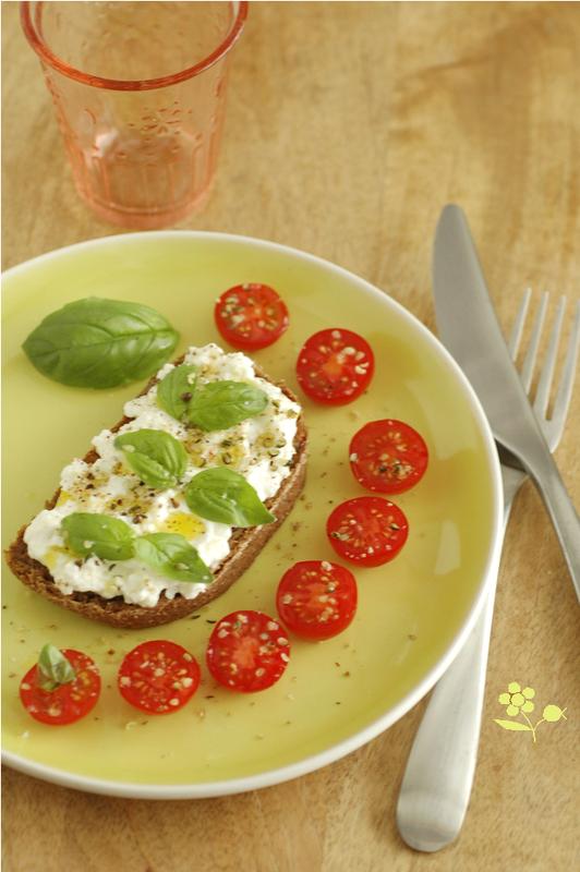 Tartine pain Essène, mozzarella & chèvre frais, huile d'olive & basilic_1