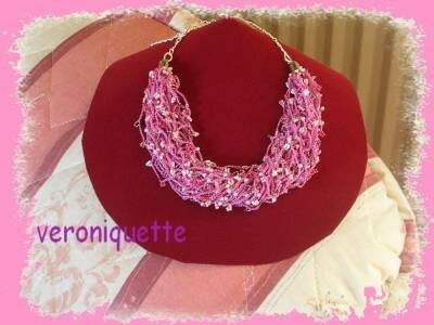 un collier crocheté en rose