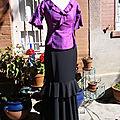 Haut en soie, taille 38 : 70 euros et jupe de flamenco en tissu polyester noir, taille 38 (longueur 110 cm, fermeture zippée sur le côté) : 75 euros