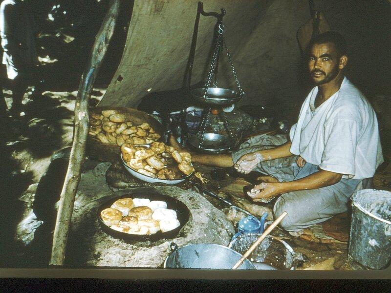 27-MRK, place Djemaa-el-Fna, marchand de svinges'beignets),1958