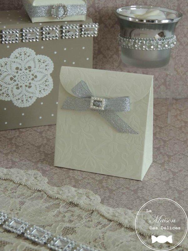 pochette dragées mariage thème chic contenant élégant dentelle ivoire velours lace ruban argent bijou strass perle culture