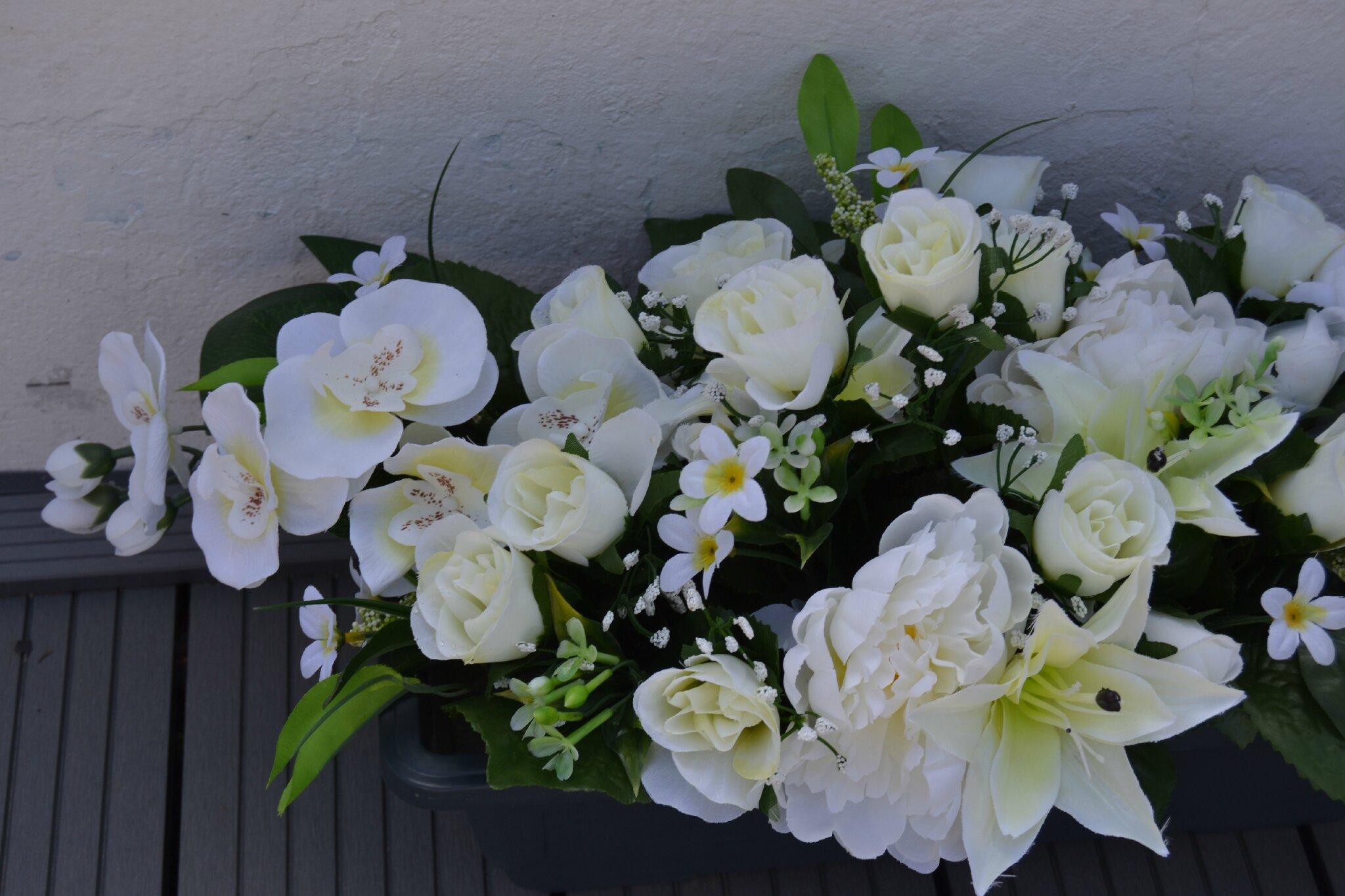 jardini re de fleurs artificielles toutes blanches pour le cimeti re au fil des fleurs 51. Black Bedroom Furniture Sets. Home Design Ideas