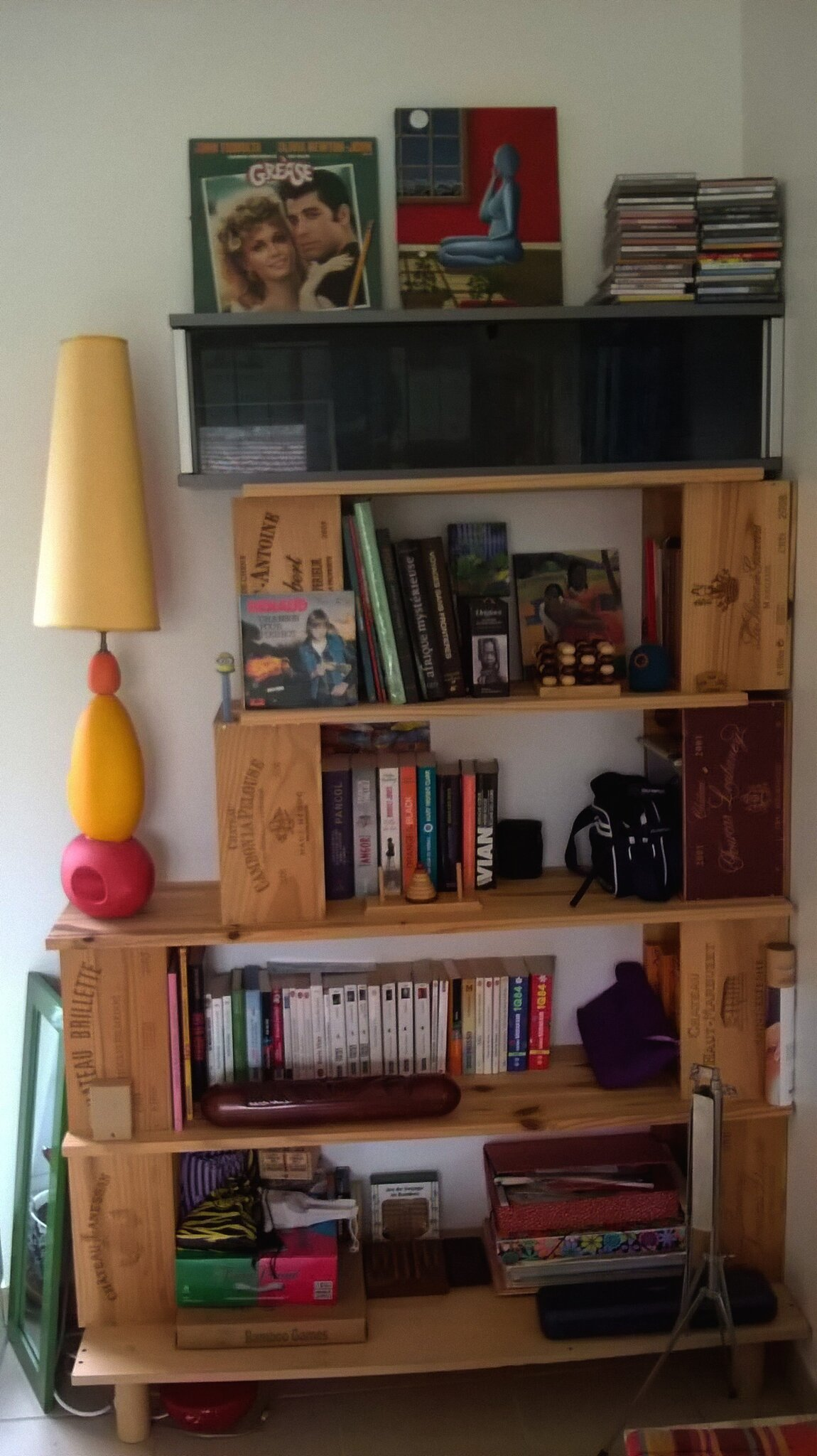 diy biblioth que en planches de bois et caisses vin l 39 atelier de la malie. Black Bedroom Furniture Sets. Home Design Ideas