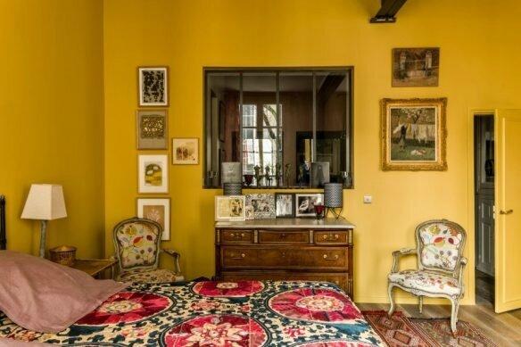 Jaune-moutarde_kierszbaum-interieurs_portrait-dune-femme-en-rouge-584x389