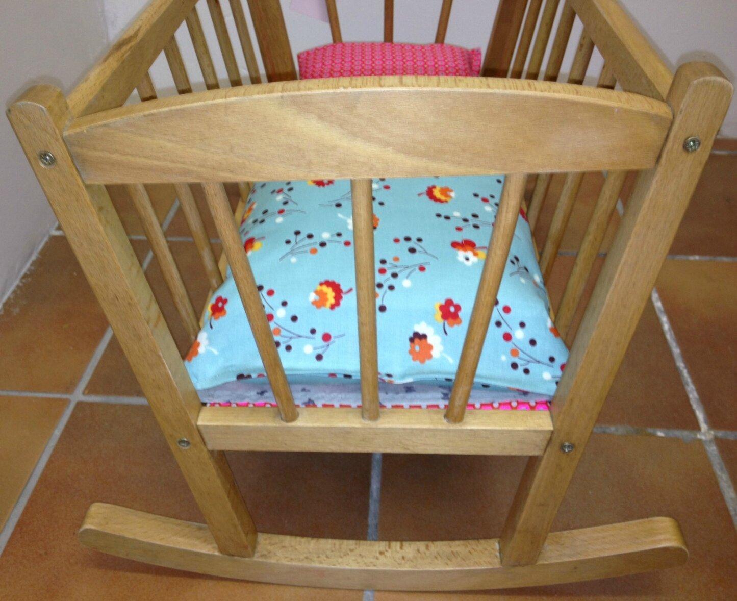 berceau de poup e en bois bascule et tissus fleurs et papillons la petite factory de julie. Black Bedroom Furniture Sets. Home Design Ideas