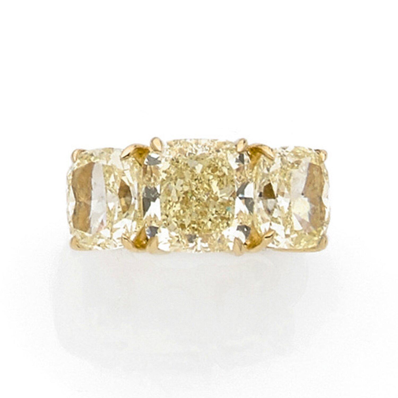 Sabbadini. Importante bague en or jaune, centrée de trois diamants fancy yellow de taille coussin