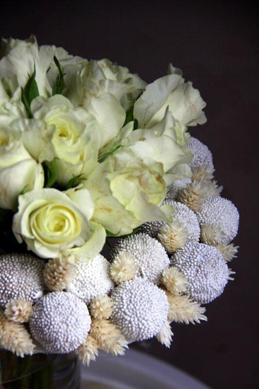 Bouquet de structure en roses blanches et fleurs séchées - création EstelleG pour La Saladelle - Atelier floral Perpignan 01