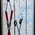 carte d'anniversaire avec skis et batons
