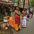Dans l'attente du défilé du dieu Ganesh.