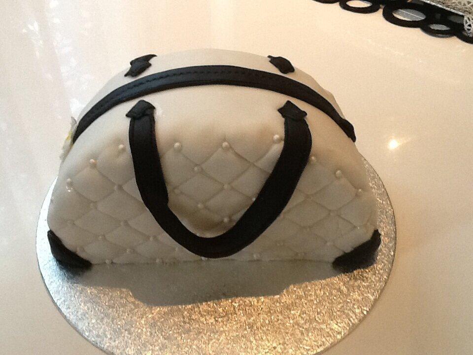 gâteau anniversaire sac à main - aux délices de mina
