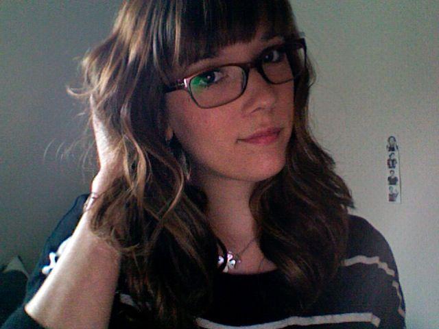 coiffure avec frange et lunettes