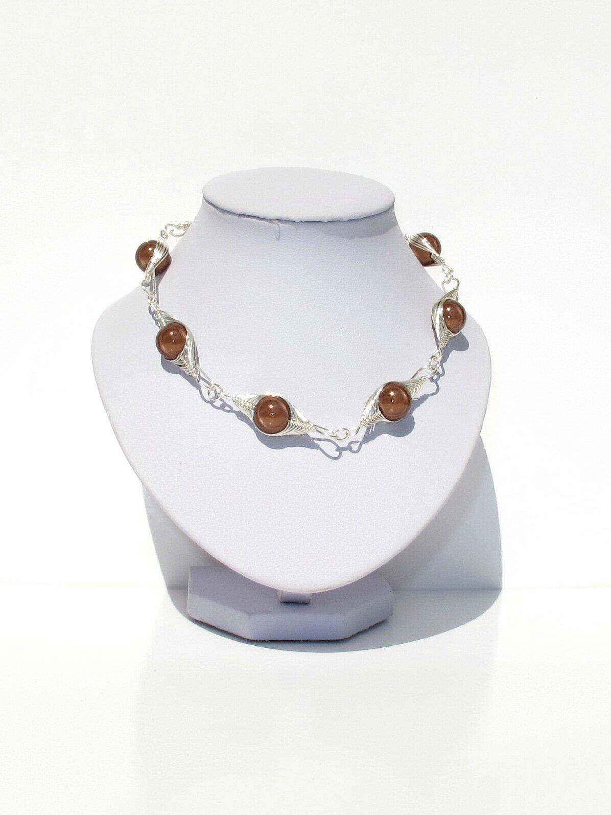 collier wire argent perles marron buste balnc
